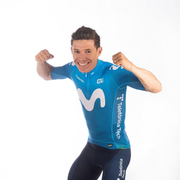 El equipo ciclista Movistar Team lu...