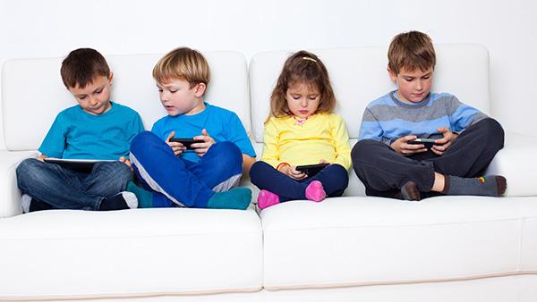 Niños con dispositivos móviles