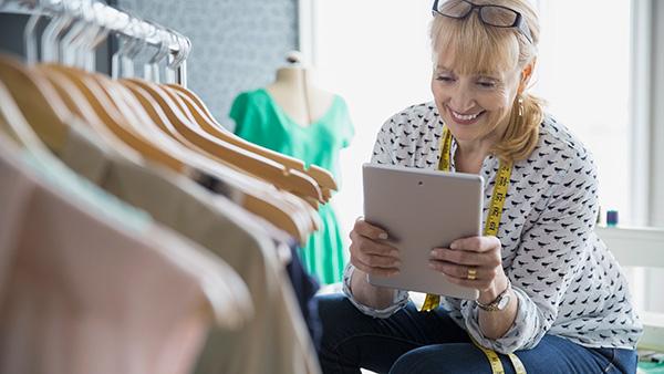 Mujer usando tablet en el trabajo