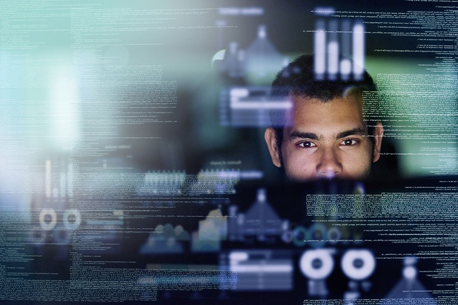 Hombre trabajando en PC portatil